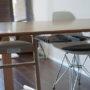 100均で机の下収納アイデア|散らかりがちなリモコン・新聞をすっきり収納